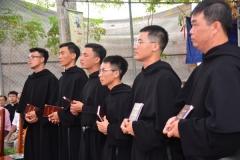 Các tân khấn sinh nhận Tu luật và Thánh giá